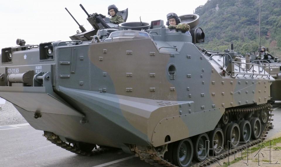 """日本防卫相视察""""水陆机动团"""" 亲自乘坐两栖装甲车"""