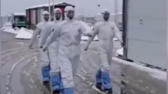 致敬!大雪纷飞的武汉 武警官兵在火神山医院执勤