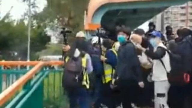 香港暴徒抗疫时期四处撒泼大闹诊所 警察果断出手