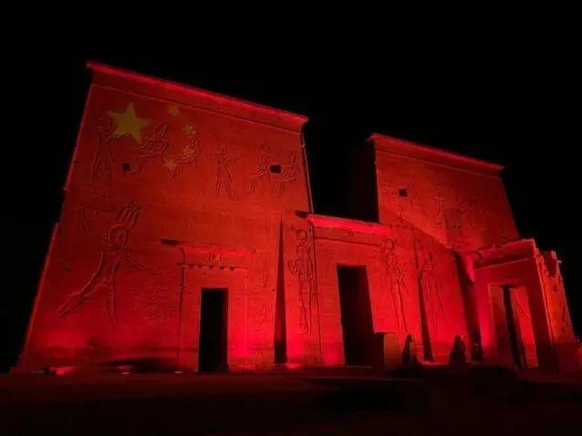 埃及总统特使携百万口罩访华,3处地标点亮五星红旗