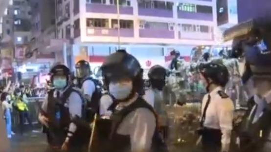 香港暴徒周六再在旺角堵路纵火 港铁旺角站关闭