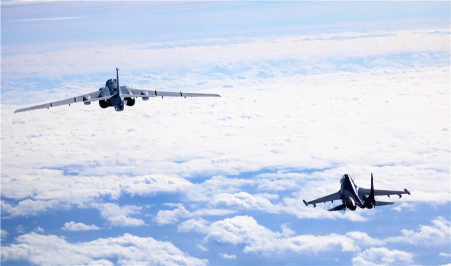 南部战区海军航空兵某团轰炸机远海演练打击水面目标