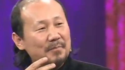 腾格尔拿一万块钱给父母 母亲的一句蒙语把他逗笑了!