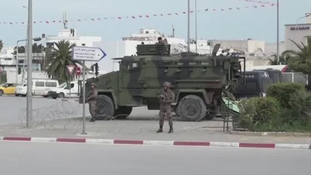 突尼斯首都封城 军队开装甲车在街头驻守