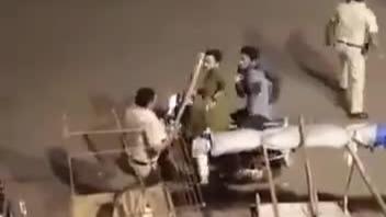 印度30个邦封城禁足 警察上街棍打违规出门者