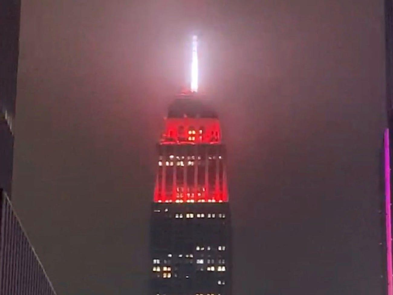 纽约帝国大厦亮灯模仿救护车警笛 提醒居民待在家