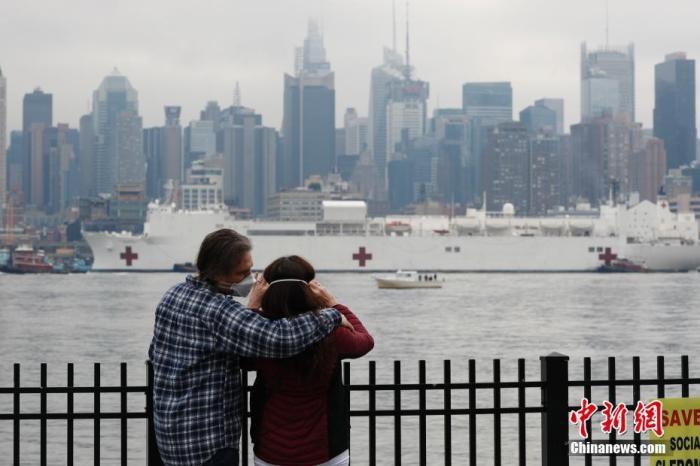 纽约州新冠肺炎病例超6.6万 美军医疗舰抵曼哈顿驰援