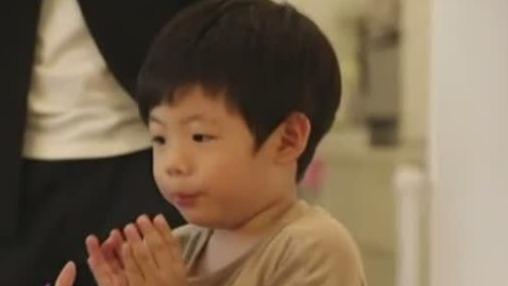 鲁豫与刘谦儿子有趣互动 画面十分温馨