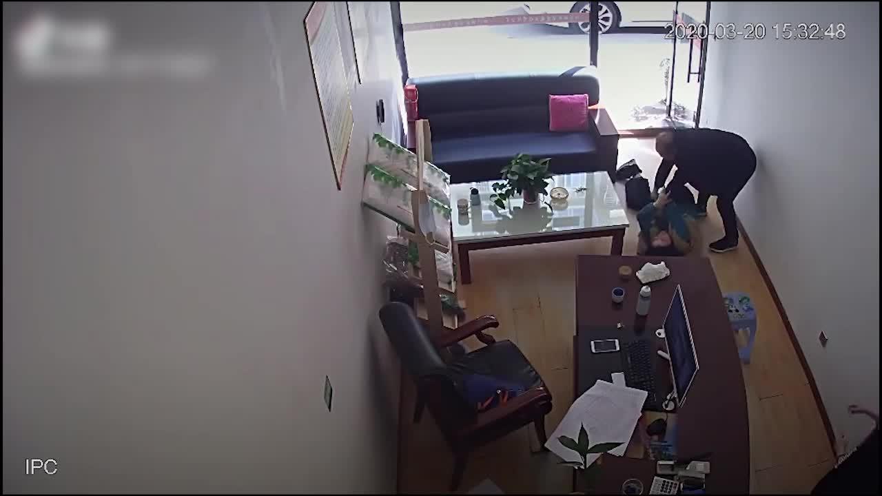 四川女子公开丈夫家暴视频:称已遭家暴16年 13岁儿子多次目睹险些被打
