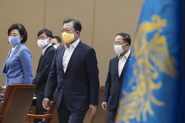 韩国总统文在寅召开第三次紧急经济会议,并表示低收入家庭有机会获得经济补助