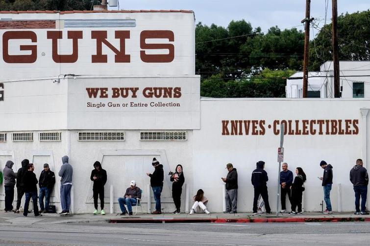 """美国土安全部:疫情蔓延之际,枪支售卖""""必不可少"""""""