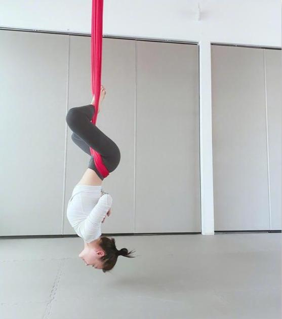 袁姗姗倒挂瑜伽绳秀高难度动作 小腹平坦身材曲线傲人