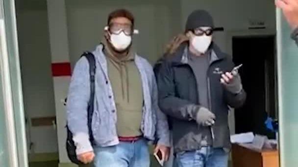 青岛外籍人士插队做核酸检测 工作人员:他们不用排队