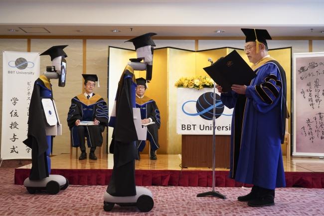 """日本一大学举行""""云毕业典礼"""":机器人替身来领毕业证"""