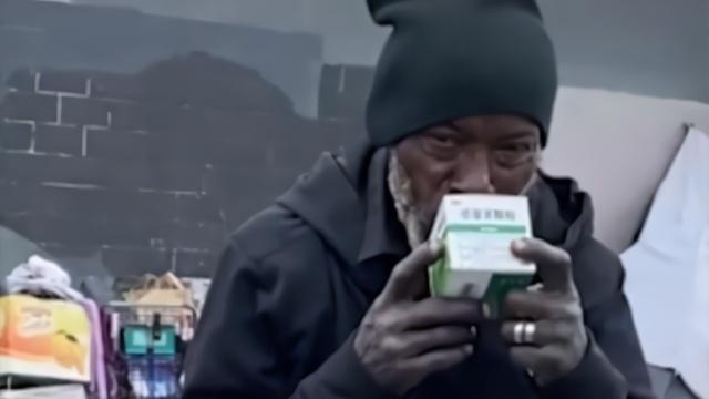 美国流浪汉把防身工具送给中国朋友 接下来发生的事让人感动