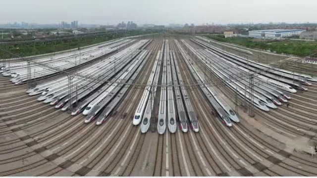 武汉即将解封 三大车站动车组列阵待发