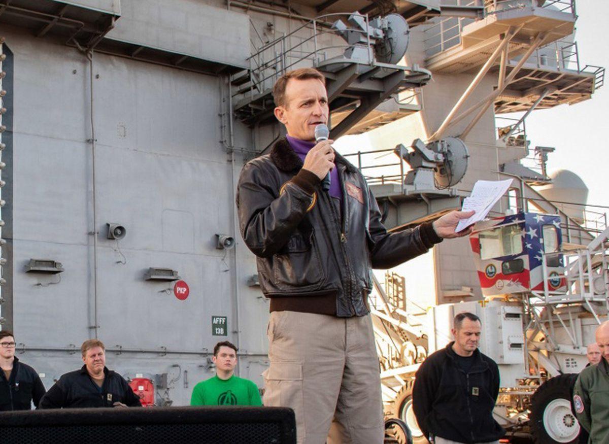 """美海军代理部长登上罗斯福号:你们的舰长""""太蠢太天真"""""""