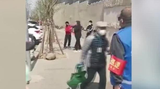 谁的错?12岁男孩不听劝阻拿石头砸向防疫工作人员