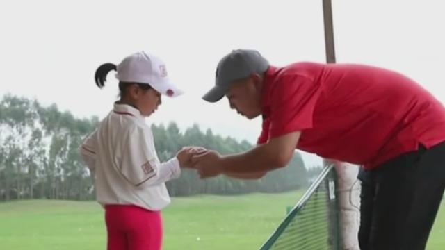 刘国梁教女儿打高尔夫 每个画面都很温馨