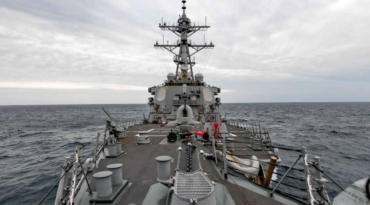 美军公布驱逐舰过台湾海峡画面 中国护卫舰曾监控