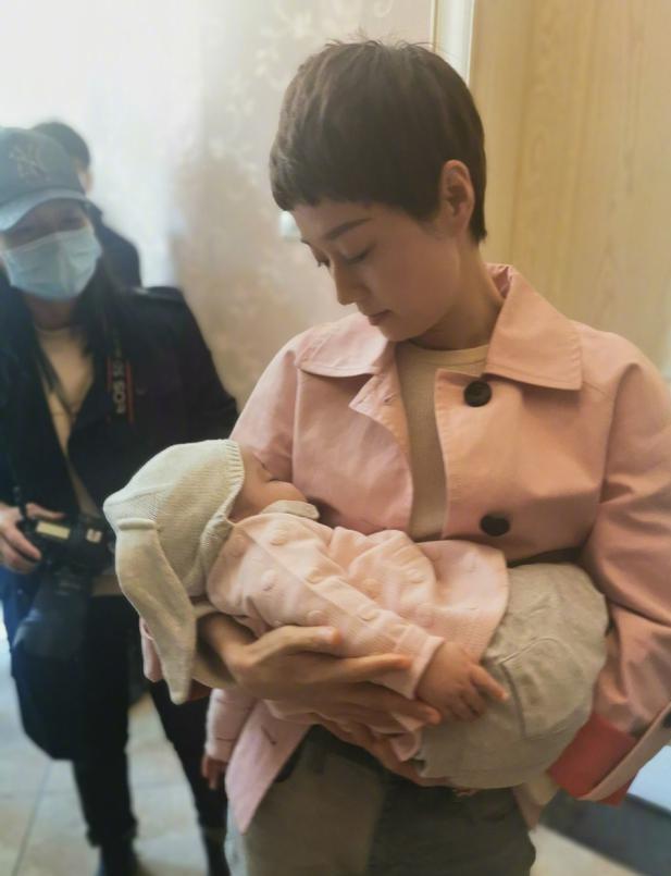 """马伊琍怀抱婴儿称""""又一个女儿"""" 网友:哪儿来的?"""