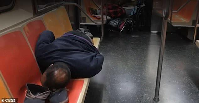 疫情大量流浪汉占领纽约地铁,吃喝拉撒睡全在车上