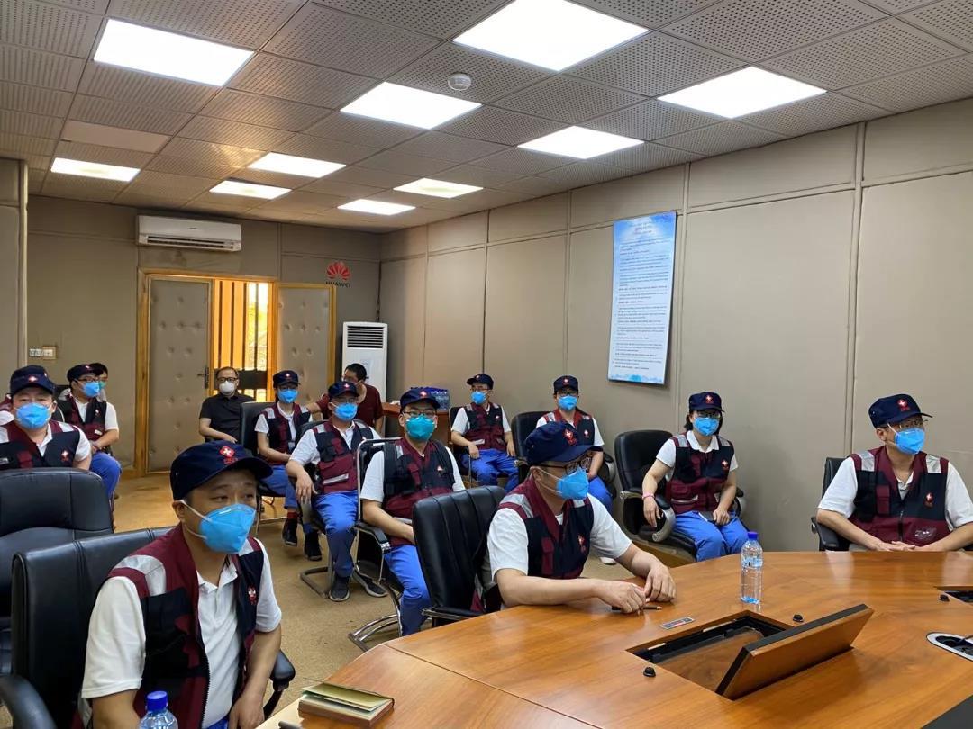 中国抗疫专家组为援西非医疗队