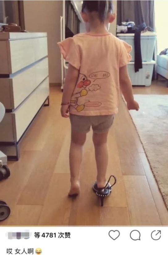 """孙怡三岁女儿爱""""臭美"""" 单脚穿妈妈高跟鞋走路逗趣可爱"""