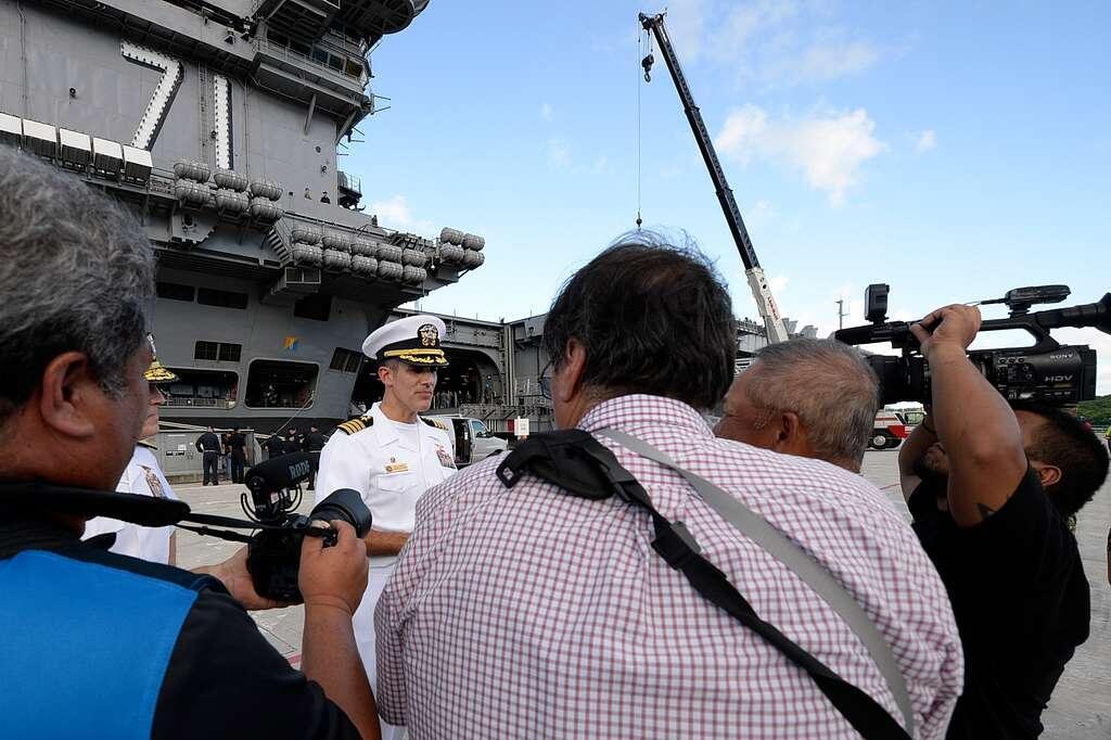 """""""罗斯福""""号新任舰长回到舰上 准备率舰员们重返大洋"""