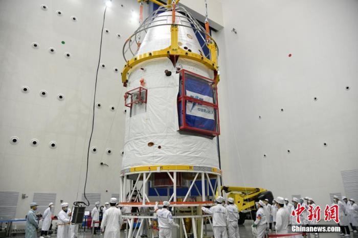 现场画面:中国新一代载人飞船试验船返回舱着陆