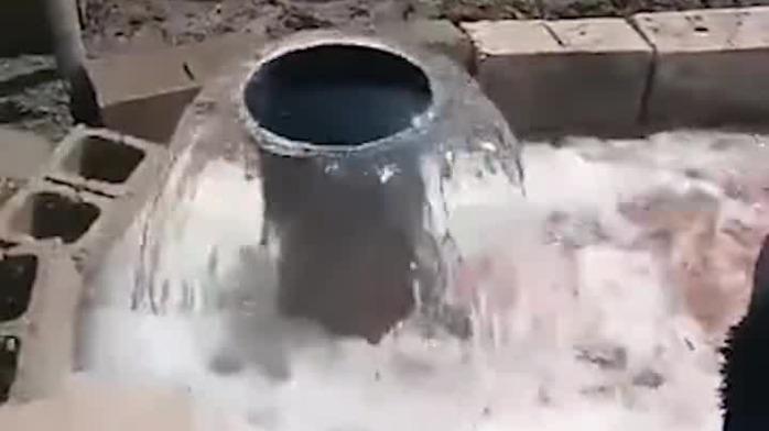 农民打井打出一口喷泉:井水遍地横流 乡长调来挖掘机引渠
