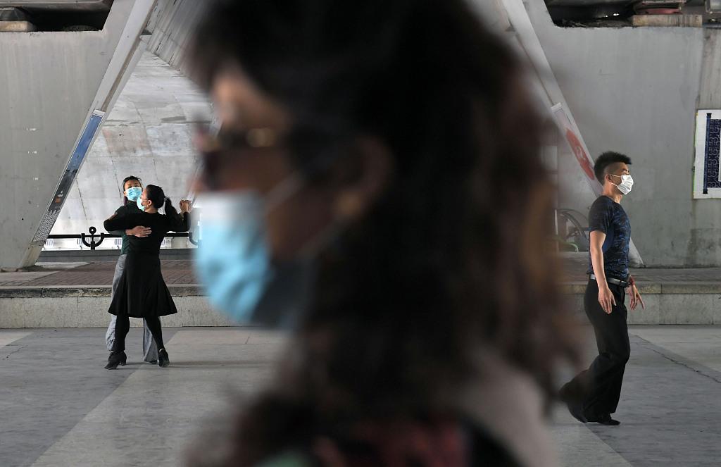 """实拍:北京大桥下百人聚集 上演""""口罩广场舞会"""""""