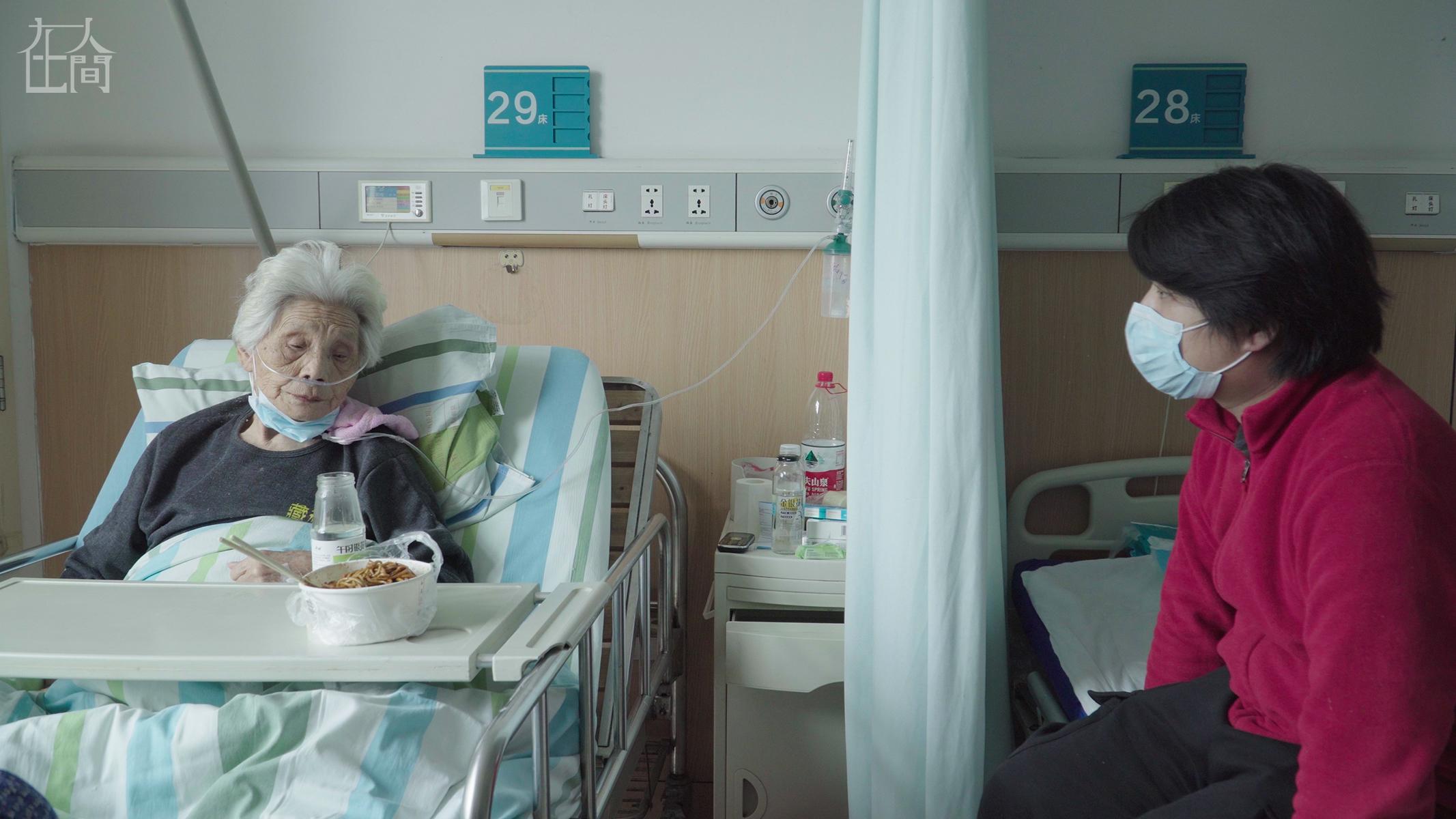 在人间| 爷爷因新冠去世,奶奶念叨:我在这里坐着,想着他在那里