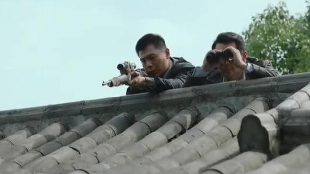 张全海测试狙击枪 薛济同带着他在屋顶上埋伏