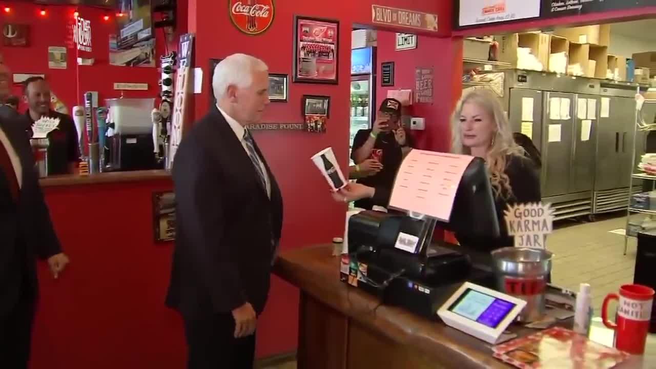 """为宣传""""重启美国"""" 彭斯没戴口罩去汉堡店现金点餐"""