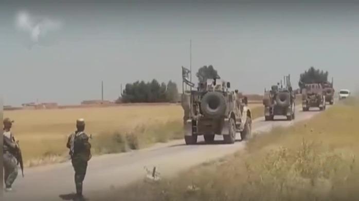 现场:叙利亚政府军拦截逼退美军车队 比出胜利手势