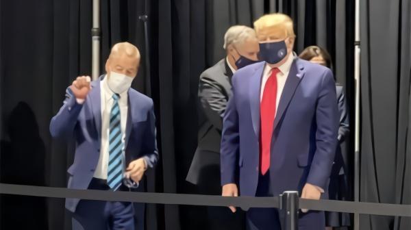 特朗普定制口罩曝光:蓝色表面印总统徽章