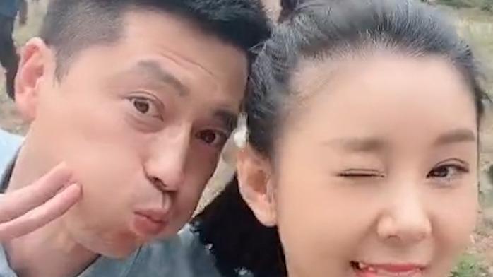王雷李小萌合体秀恩爱,隔空亲亲甜蜜爆表,网友却说像父女