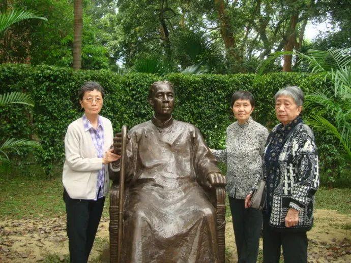 ▲左起: 陈美延、陈流求、陈小彭,2012年在父亲陈寅恪铜像前合影
