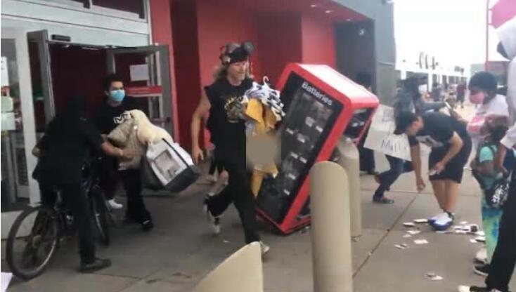 美国警察暴力执法致黑人男子死亡 抗议者疯狂洗劫超市