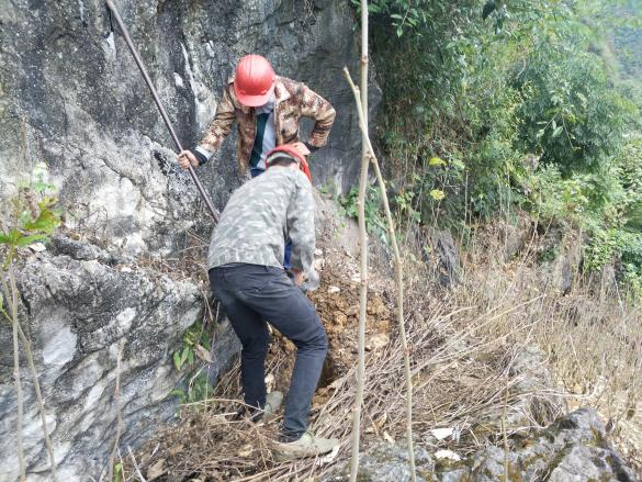 工作人员在崇山峻岭之间开展基站建设工作