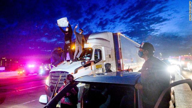 【印度比特币大会】_骚乱蔓延至全美30个城市 加州奥克兰一执法人员中枪身亡