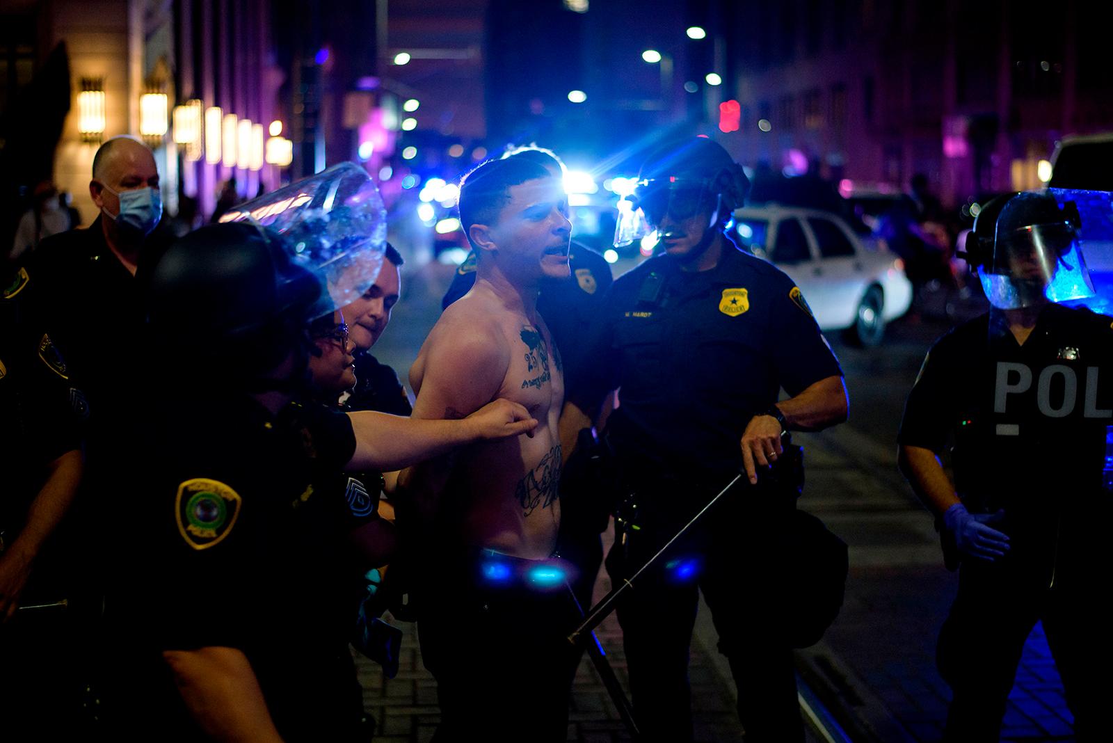 【cgminer】_美国至少20个城市爆发骚乱 休斯顿警方逮捕近200人