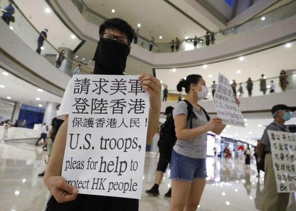 """香港有人举牌""""求美军登陆"""",网民:丢尽祖宗的脸!"""