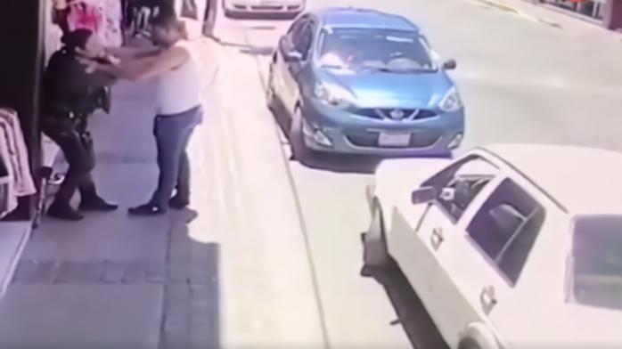 墨西哥枪手猖狂!4人光天化日下在市中心一起枪击警车