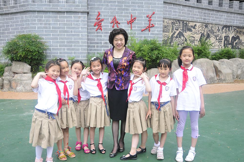 崔建梅代表:建议为中小学幼儿园配备专职保安