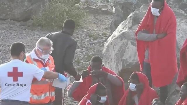 非洲约80名移民在西班牙登岸 红十字会人员向其发放口罩