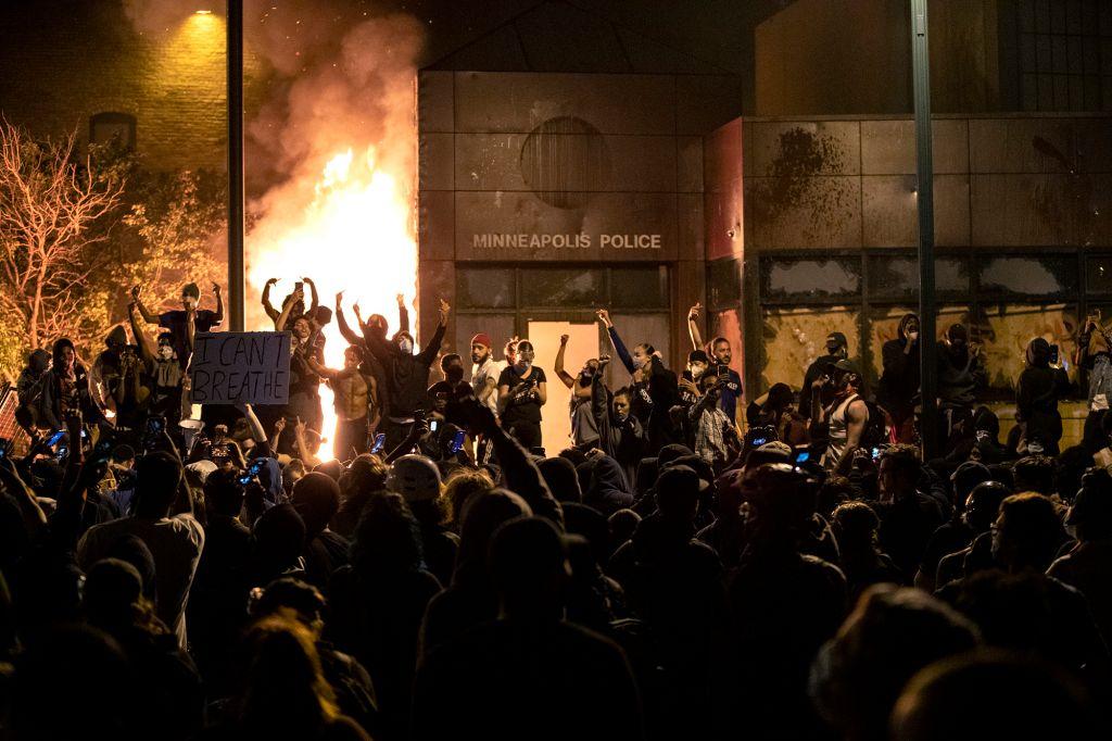 美国抗议者火烧警局:民众举手欢呼 警察坐直升机逃离
