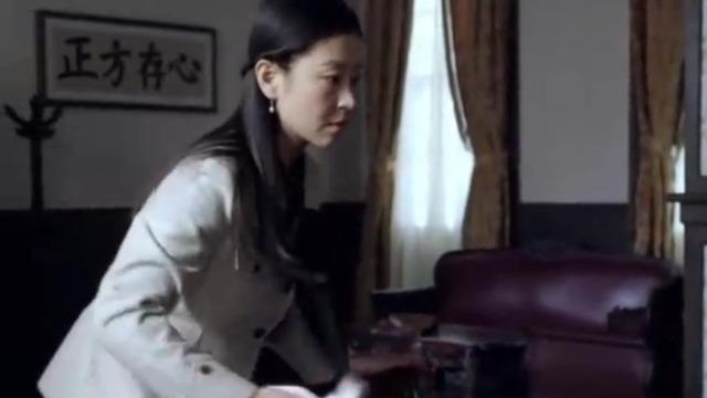 康子芹明白自己将一直被监听 因此仔细排查房间内的设施