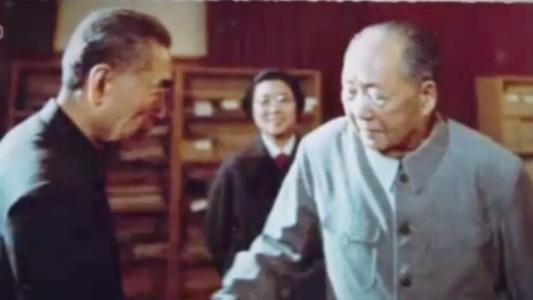 珍贵照片:毛泽东和周恩来生前最后一次握手道别